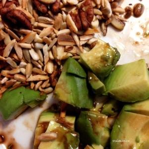 avocado und nüsse